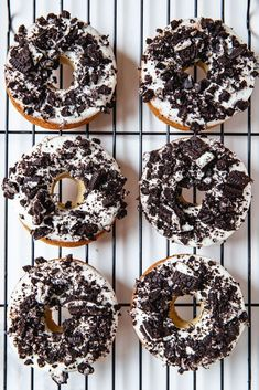 Cookies and Cream Donuts made with a soft, moist baked vanilla donut, dipped in cashew cream icing, and topped off with a generous sprinkle of Oreos! Oreo Donuts, Baked Donuts, Oreos, Fun Baking Recipes, Vegan Dessert Recipes, Donut Recipes, Healthy Donuts, Delicious Donuts, Beignets