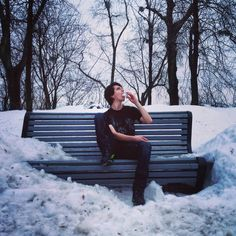 [Décembre 2012] Il y a un peu plus de 3 ans, je mangeais de la neige, seul sur un banc, par -20 degrés en Ukraine. La vie d'un voyageur fou ^^ :D #ukraine #kiev #kyiv #kievgram #instagood #instatravel #instamoment #exploreeurope #europe #trip #travel #travelgram #winter #white #sky #tree #cold #backpacker #snow #instagram #ontheroad #voyage #view #tshirt #city #capital #goodmorning #bench