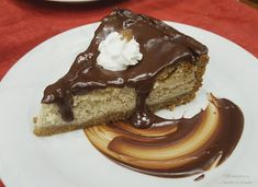 La Cheesecake con confettura di marroni è un delizioso dolce caratterizzato da un guscio di biscotti, un ripieno cremoso e una copertura al cioccolato.