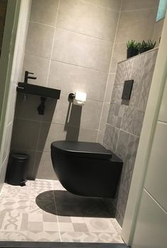 nl showrooms in Doetinchem, Beuningen, Arnhem en Deventer. Tiny House Bathroom, Bathroom Toilets, Small Bathroom, Bathrooms, Bad Inspiration, Bathroom Inspiration, Bathroom Under Stairs, Small Toilet Room, Black Toilet