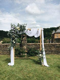Arche de cérémonie avec drapé, eucalyptus, gypsophiles et fleurs fraîches dans un esprit champêtre chic mariage avec une touche de bleu