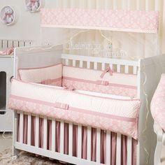 Descrição:Os kits de berço da Cheirinho de Nenémoferecem proteção, conforto e beleza para berço do seu bebê. Confeccionado em tecido 100% algodão proporciona um toque macio, tornando o sono do bebê mais confortável. Kit de Berço 08pçs c/ Mosquiteiro (Padrão Americano) 01 Edredom de berço - 1,60m x 1,00m 01 ...