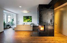Svítidlo nad koženými pohovkami v obývací části bylo vyrobeno podle původního návrhu meziválečného brněnského architekta Arnošta Weisnera.