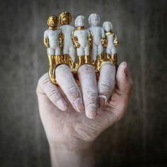 Qian Yang é uma designer chinesa que desenvolve peças personalizadas utilizado metal e cerâmica como matérias-primas principais.