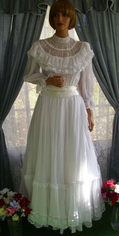 I got married in 1979 in a Gunni Sax dress like this one. I borrowed it from a friend. Vintage Outfits, Vintage Gowns, Vintage Mode, Vintage Fashion, Dress Vintage, Bridal Gowns, Wedding Dresses, Beautiful Gowns, Pretty Dresses