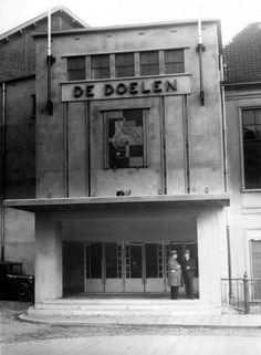 Theater De Doelen in Rotterdam, art deco voorgevel. [Nederland, 1933].
