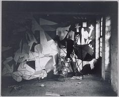 Pablo Picasso  pintando Guernica  en su taller de Paris