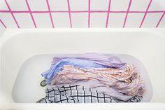 Seguindo as dicas e tomando os cuidados necessários é possível fazer a lavagem a seco em casa.