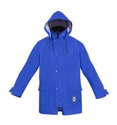 """WASSERSCHUTZJACKE """"PROS"""" Modell: 103 Die Jacke mit Kapuze, mit bedecktem (Plissee) Reißverschluss geschlossen. Sie hat zwei Seitentaschen mit Patten, Ärmelregulierung mit Klettverschluss und Ventilation am Rücken. Dieses Modell wird aus dem wasserdichten Stoff Plavitex gefertigt und kommt immer bei schlechten Wetterbedingungen zum Einsatz. Es gewährleistet einen wirksamen Schutz gegen Wind und Regen."""