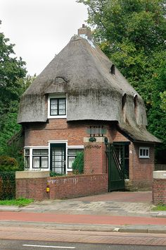 W.Kromhout, portierswoning 'De Ypenhof', Rotterdam 1929 International Style Architecture, New Architecture, Building Art, Building A House, Rotterdam, Amsterdam School, Dutch House, Old Mansions, Thatched Roof