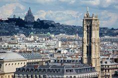 De la tour sud de la cathédrale Notre-Dame, embrassez du regard la rive droite de Paris, de la Tour Saint-Jacques au Sacré-Coeur.Ce n'est pas un secret, Paris est la plus belle ville du monde, mais vue d'en-haut elle est encore plus irrésistible ! Voici les lieux où observer la ville Lumière.