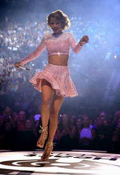 http://3.bp.blogspot.com/-ysRxHVqiPV8/VF0KVDjB9mI/AAAAAAAAHg0/Gi6QhFNDF-c/s1600/Taylor+Swift+Upskirt+On+Stage+At+The+2014+iHeartRadio+Music+Festival+in+Las+Vegas+www.GutterUncensored.com+015.jpg
