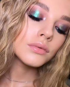 Dewy Makeup, Blue Makeup, Kiss Makeup, Glitter Makeup, Eyeshadow Makeup, Beauty Makeup, Makeup Inspo, Makeup Inspiration, Holographic Eyeshadow