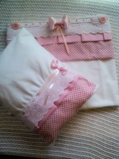 Jogo de lençol para berço de princesa                                                                                                                                                      Mais Love Sewing, Baby Sewing, Pillow Crafts, Baby Sheets, Hand Embroidery Flowers, Patchwork Baby, Baby Towel, Baby Pillows, My Little Baby
