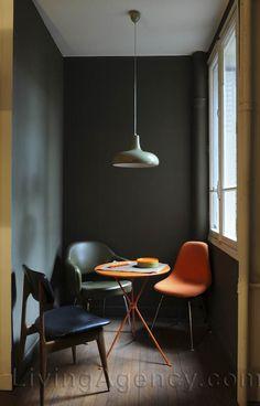 spazio arredato con tavolo e sedie vintage a colori con pareti grigie ...