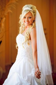 Blonde offene Brautfrisur mit Schleier Picture gallery with wedding hairstyles and bridal hairstyles with veil and tiara: Blonde open bridal hairstyle with veil – The sparkling tiara, the long curls and the lush veil make the … Celebrity Wedding Hair, Short Wedding Hair, Hair Comb Wedding, Celebrity Weddings, Wedding Rings, Bride Hairstyles With Veil, Bridal Hairstyles, Girl Hairstyles, Hair Nets