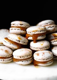 Chai spiced salted caramel macarons with gooey filling. Perfect for making during the holidays or gifting to the macaron lovers in your life! Pavlova, Cupcakes, Fool Proof Macaron Recipe, Salted Caramel Desserts, Salted Caramel Macaron, Salted Caramels, Cookie Recipes, Dessert Recipes, Broma Bakery
