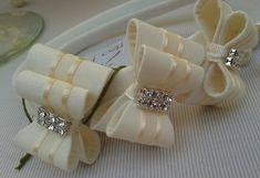 Tiara encapada de tecido na cor marfim, para bebê e infantil com lacinhos duros, na cor marfim, com detalhe em pérola, strass ou chaton.. R$ 29,90