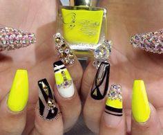 uñas amarillo neon con negro y swarovsky