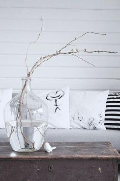 In combinatie met deze prachtige glazen vaas zou een foto op glas van FotoOpGlas.nl erg mooi staan aan de witte wand.