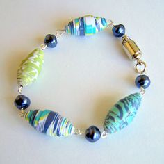 Paper bracelet, perfect to make with our girls.