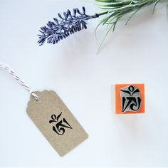 Do you know the Om representation in the writing uchen Tibetan? It's less known than its representation in devanagari writing. Both versions are available in my store for you to choose the one you prefer!   #Om  #TibetanOm  #Mantra