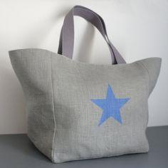 Sac cabas en lin gris décoré d'une étoile bleue peinte au pochoir. Dimensions : fond et côtés 25x20 cm, dos et devant 25x25 cm, soit largeur totale à plat (en haut) 45cm, - 9085467