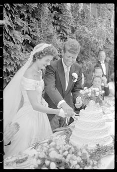 [Jackie Bouvier Kennedy and John F. Kennedy cutting the cake at their wedding, September 12, 1953, Newport, Rhode Island]   Library of Congress