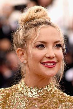The Lazy Girl's Guide to Easy Messy Bun Hair Ideas | Kate Hudson's high blonde bun with hair pins on the red carpet