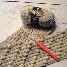 Hækleskole - Hjælp til os nybegyndere og de masker vi ikke kender Arts And Crafts Projects, Diy And Crafts, Crotchet Blanket, Crochet Basics, Drops Design, Preschool Crafts, Diy Clothes, Knitted Hats, Knit Crochet
