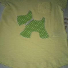 Perrito en camiseta amarilla