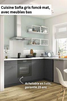 La cuisine, c'est un endroit familial et chaleureux, on y passe du bon temps et on aime qu'elle soit ordonnée. La cuisine en L Sofia, dotée de 4 meubles bas dont un d'angle avec rangement intégré et un pour intégrer un four, vous aidera à vous organiser au quotidien. Sa couleur gris foncé mat peut se marier très facilement avec une crédence et un plan de travail blancs ou en bois clair. Kitchen Cabinets, Organiser, Four, Table, Furniture, Design, Home Decor, Farm House Tables, White Countertops