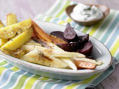 So lecker wie Pommes, nur viel farbenfroher! Buntes Backofengemüse mit Kräuterquark - smarter - Kalorien: 171 Kcal - Zeit: 15 Min. | eatsmarter.de