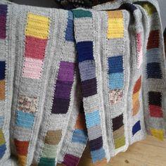 #coloursandsquares #crochetalong nærbillede af mine fire baner,  henslængt på armlænet #depynterallerede @jennysiersbaek (god sovekarma din vej)