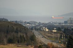 Certains jurent qu'il n'y a que les couchers de soleil dans l'île grecque de Santorini pour rivaliser de beauté avec les levers de soleil à La Baie, au Saguenay. Visite d'un coin de Saguenay au panorama grandiose et à l'âme hospitalière.
