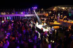 Abends verwandelt sich das #Schiff in einen wahren Entertainmenttempel: mit #Poolpartys, #Livebands und spektakulären #Shows, die ihresgleichen suchen. Entwickelt wird das ganze Konzept der AIDAbella Kreuzfahrten von namhaften Showgrößen, und von Musicals über Comedy bis zu Akrobatik ist alles dabei.