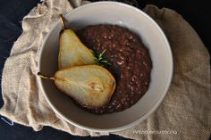 Risotto de chocolate y romero con pera frita en aceite de coco