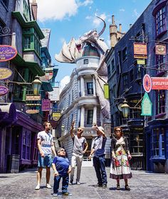fionagoddess:  Helena Bonham Carter, Tom Felton, Matthew Lewis and Warwick Davis attend an exclusive preview of The Wizarding World of Harry Potter - Diagon Alley at Universal Orlando Resort on June 18, 2014 in Orlando, Florida.