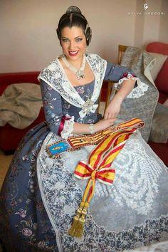 Traditional Fashion, Traditional Dresses, Spanish Woman, Spanish Fashion, Valencia Spain, Folk Costume, Historical Costume, Pretty Dresses, Vintage Dresses
