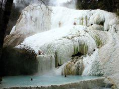 Impresionante foto de las termas de San Filippo, y las cascadas que corren por…