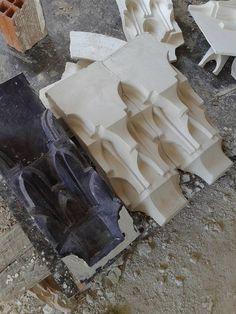 المقرنص -عمل أحمد بوعانم الجبس الجزائري Exterior Design, Home Interior Design, Thermocol Craft, Beton Diy, Porch Columns, Ceiling Detail, Digital Fabrication, Carving Designs, Plaster Walls