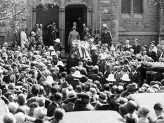 Melbourne farewells their Diva. Funeral of Dame Nellie Melba 1931 at Scots Church.    🌹