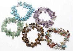 Beau bracelet perle chips de pierre monté en breloques sur