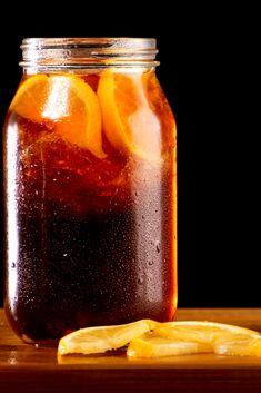 Rien de meilleur qu'un ice tea fait maison ! Moins sucré et tellement plus de goût, c'est la boisson idéal dès que le soleil pointe le bout de son nez ! #recette #apéro #icetea #homemade #cocktail #sansalcool #Gourmandiz Iced Tea, Mason Jars, Cocktails, Mugs, Tableware, Food, Alcohol, Drinks, Home Made