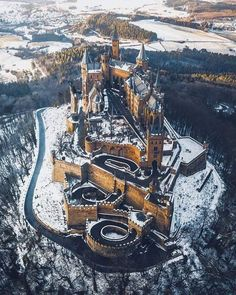 The Magnificent Hohenzollern Castle in Germany which looks like real life Hogwarts Beautiful Castles, Beautiful Buildings, Beautiful Places, Beautiful Pictures, Places Around The World, The Places Youll Go, Places To Visit, Travel Photographie, Germany Castles