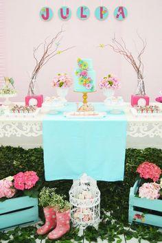 Que menina não se encantaria com um jardim rosa e azul tiffany, cheio de borboletas, joaninhas, flores e muitos docinhos deliciosos? Assim foi o jardim da Julia, uma aniversariante muito especial e…