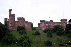 Castillo de Inverness •  es de 1834, de arenisca roja. El emplazamiento es el mismo que tuvieron los anteriores castillos, el primero se construyó en el s. XII pero fueron destruidos. Aquí Macbeth asesinó al rey Duncan de Escocia.