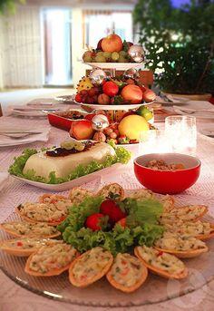 arranjo de frutas e bolas no suporte de doces