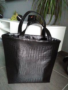 Suite à certaines demandes, voici le tuto du sac cabas avec rabat en simili cuir à l'intérieur. Fournitures : 2 rectangles de 45 X 41 cm en simili cuir ( largeur X hauteur) 2 rectangles de 45 X ...