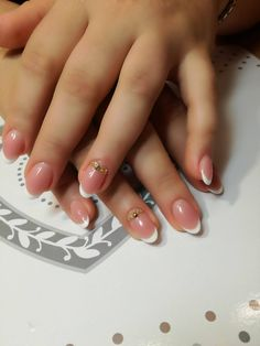Simple but beautiful. Would you like to create these manicure? Click on worknail.com